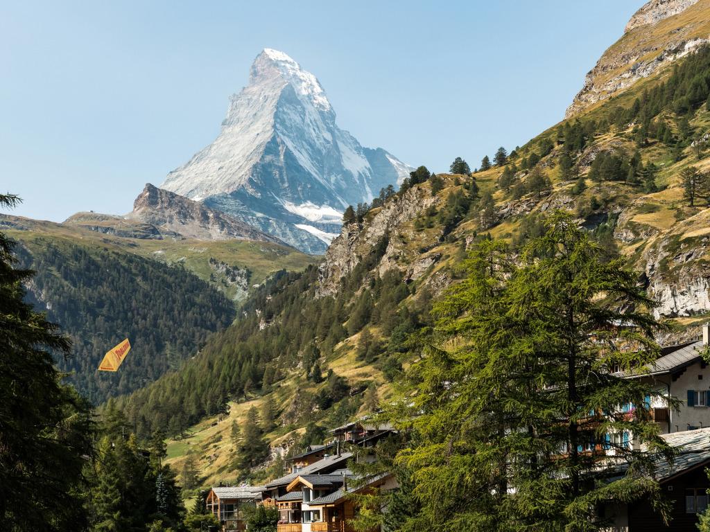 shveitsariia zermatt alpy gory skaly kamni derevia les sklon