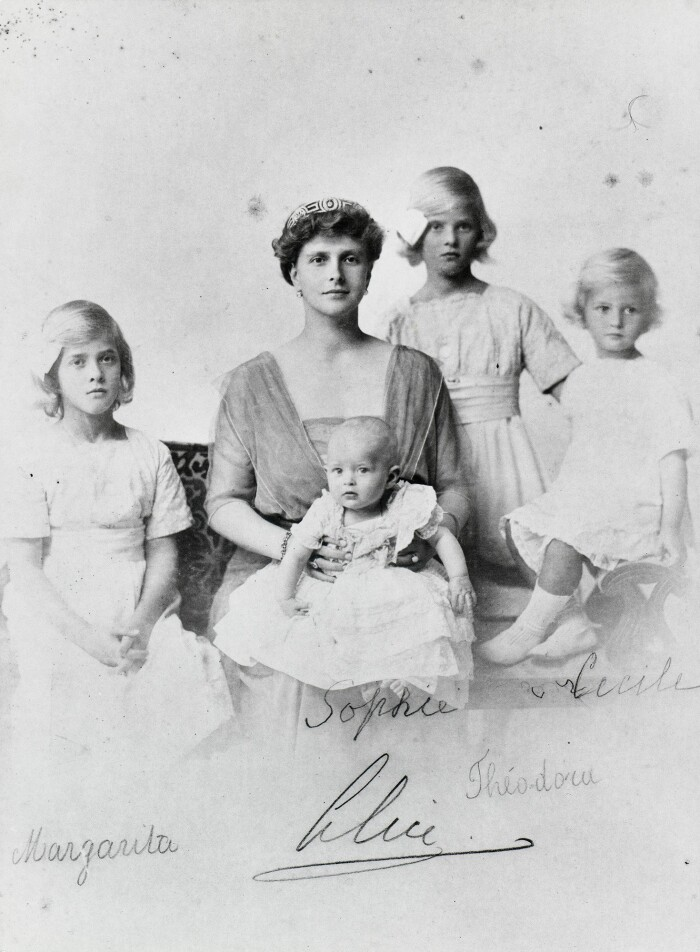 Princess_Alice_of_Battenberg_with_her_four_daughters.jpg