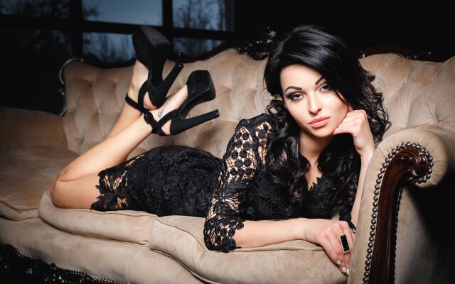Brunette_girl_Glance_Stilettos_Dress_Sofa_514831_3840x2400.jpg