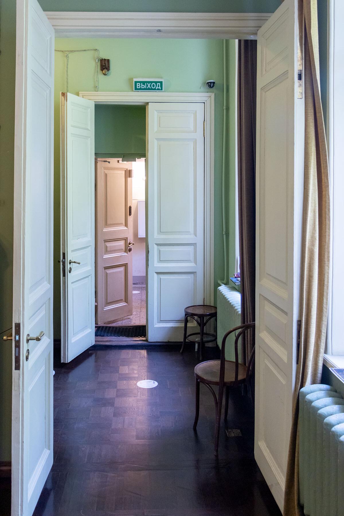 Лестница и прихожая в музее Анны Ахматовой в Фонтанном доме Петербурга IMG_1987-0.jpg
